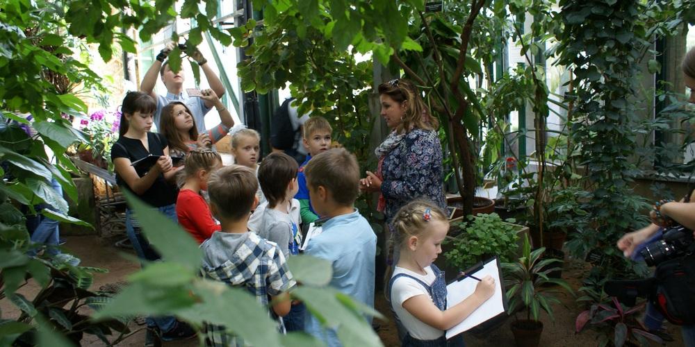 Дети в оранжерее ботанического сада
